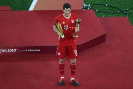 Lewandowski com o prêmio de melhor jogador do Mundial de Clubes (Foto: KARIM JAAFAR / AFP)