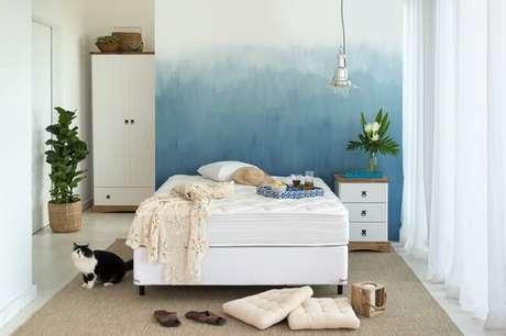 11. Decoração com nuances leves do azul combinados com elementos amadeirados são tendências para quartos em 2021. Fonte: Pinterest