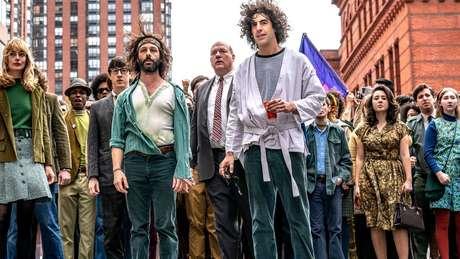 Jeremy Strong e Sacha Baron Cohen com outros membros do elenco de Os 7 de Chicago