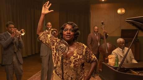 Chadwick Boseman e Viola Davis com outros membros do elenco de A Voz Suprema do Blues