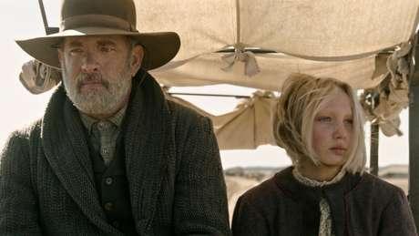 Tom Hanks e Helena Zengel em Relatos do Mundo
