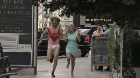 Sacha Baron Cohen e Maria Bakalova em Borat Subsequent Moviefilm