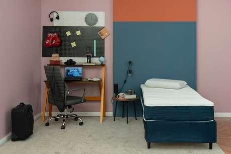 14. Invista em uma escrivaninha com bons compartimentos, uma cadeira confortável e algumas prateleiras para auxiliar na organização do ambiente. Fonte: Pinterest