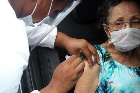 Vacinação contra covid-19 em idosos entre 85 e 89 anos em Santos (SP), nesta quinta-feira (11), em forma de drive thru