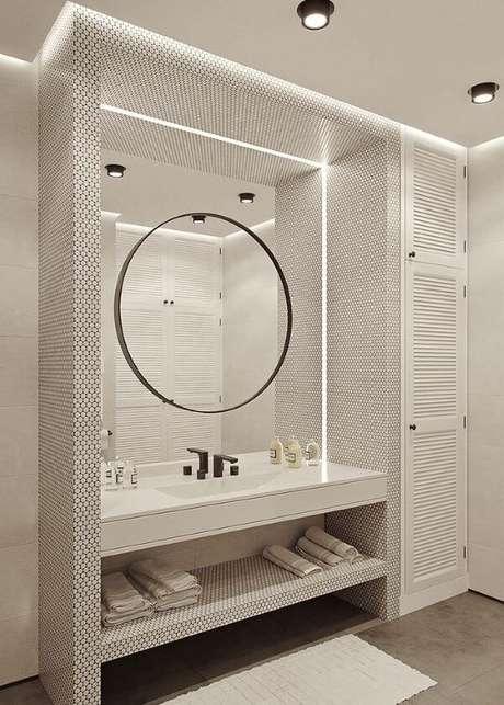 10. Banheiro branco com pia esculpida – Via: Pinterest