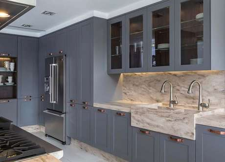 19. Cozinha azul com cuba esculpida de mármore – Via: Pinterest
