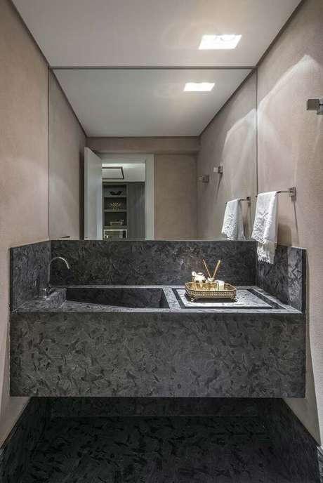 29. Cuba esculpida cinza no banheiro pequeno – Via: Decor Fácil