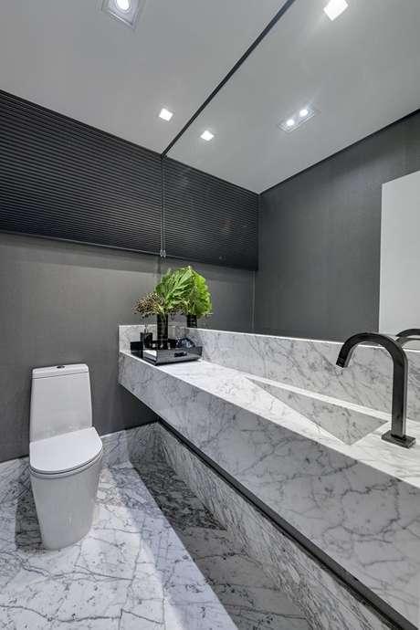 46. Cuba de mármore com kit do banheiro preto – Via: Studio Carina Fontes