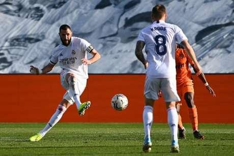 Benzema e Kroos foram os grandes destaques na vitória do Real Madrid (GABRIEL BOUYS / AFP)