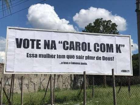 YoutuberMrPoladoful faz outdoor em Taubaté pedindo a eliminação de Karol Conká