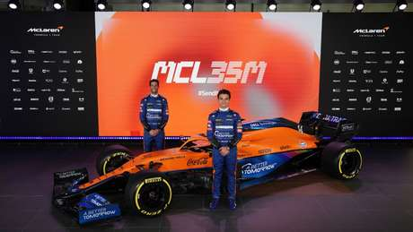 Show midiático no lançamento do novo carro teve Daniel Ricciardo e Lando Norris tocando tamborim e guitarra, mas o que chamou atenção mesmo foi a marca proibida Better Tomorrow em todo lugar..