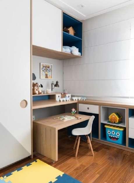 32. Escrivaninha de madeira móvel para quarto infantil. Fonte: Pinterest