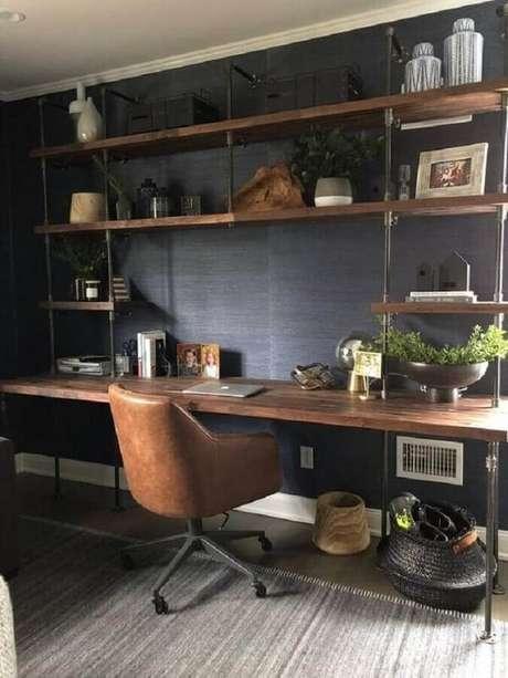 55. A escrivaninha madeira de demolição garante um toque mais acolhedor na decoração. Fonte: Soil & Oak