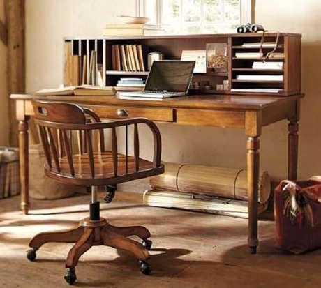 51. Escrivaninha antiga de madeira com nichos que auxiliam na organização. Fonte: Pinterest