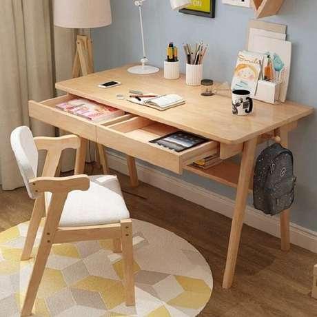 11. Organize objetos e papéis dentro do gaveteiro da escrivaninha de madeira. Fonte: Pinterest