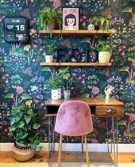 61. A escrivaninha antiga de madeira traz neutralidade para o ambiente com papel de parede floral. Fonte: Pinterest