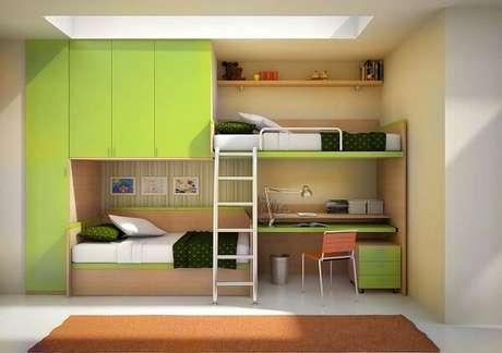 8. A beliche com escrivaninha de madeira feita sob medida otimiza o espaço do quarto. Fonte: Pinterest