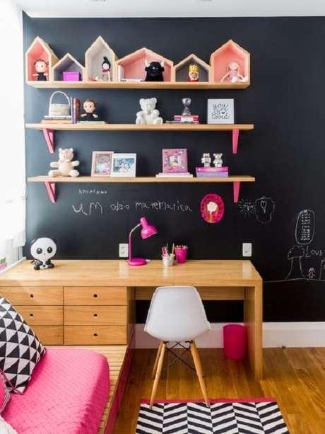 19. Modelo de escrivaninha de madeira para quarto com vários gaveteiros. Fonte: Pinterest