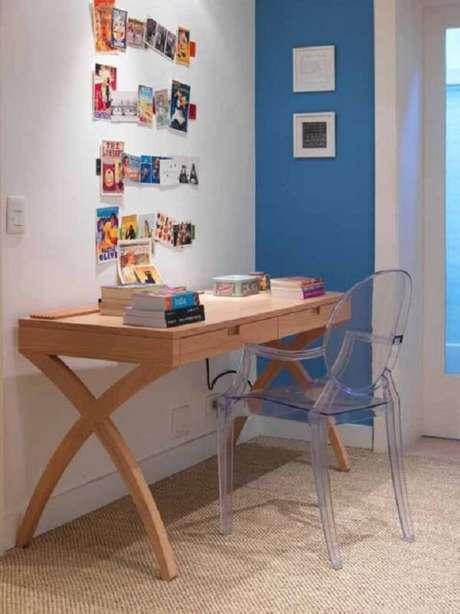 35. Escrivaninha de madeira com design ousado. Fonte: Pinterest