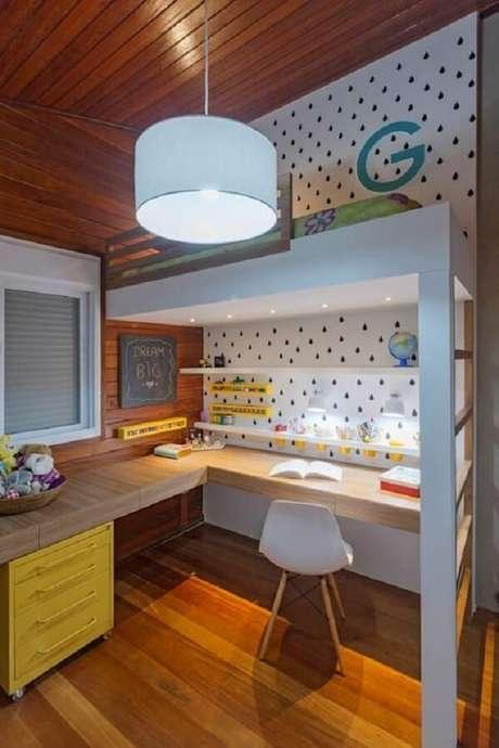 64. A beliche com escrivaninha de madeira aproveita espaços inutilizados. Fonte: Homify