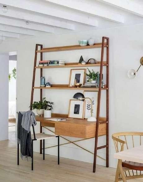 22. Modelo de escrivaninha cor de madeira com estante e gaveteiro. Fonte: Pinterest