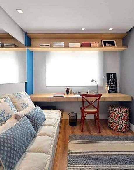 57. A escrivaninha de madeira para quarto foi fixada próxima a janela para receber mais luz natural. Fonte: Simples Decoração