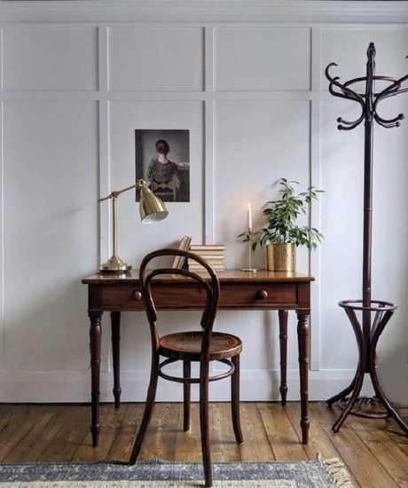 44. Escrivaninha antiga de madeira com duas gavetas. Fonte: Pinterest