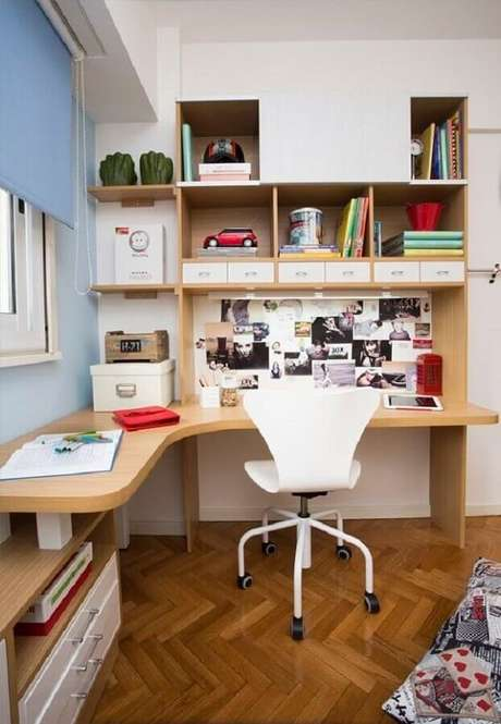 4. A escrivaninha de canto madeira é uma ótima solução para ambientes pequenos. Fonte: HGTV