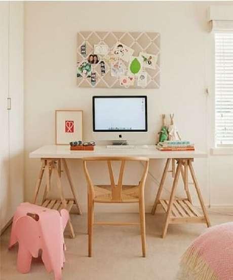 54. A escrivaninha de madeira rústica estilo cavalete está em alta. Fonte: Pinterest