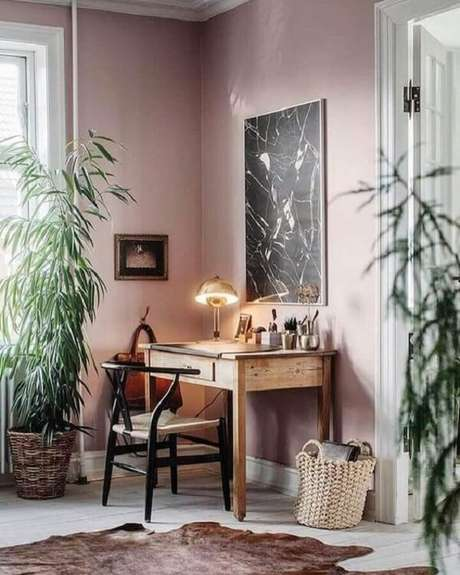 1. A escrivaninha de madeira maciça se conecta com diferentes estilos de decoração. Fonte: Pinterest