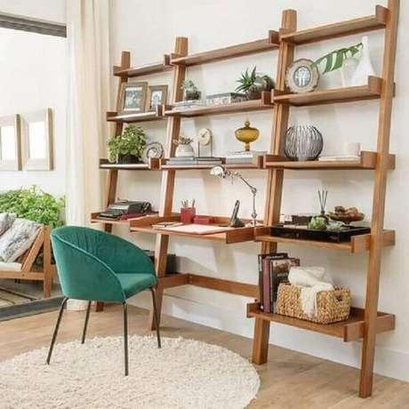 28. Escrivaninha de madeira rústica com várias prateleiras. Fonte: Pinterest