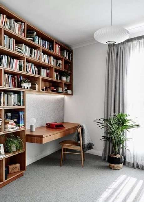 21. Modelo de escrivaninha cor de madeira planejada. Fonte: Minimalist Home Decor