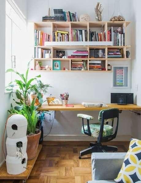 53. A escrivaninha de madeira pode combinar com outras peças da casa. Fonte: Entenda Antes