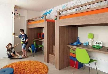 47. Em quartos espaçosos as crianças podem ganhar sua própria beliche com escrivaninha de madeira. Fonte: Pinterest