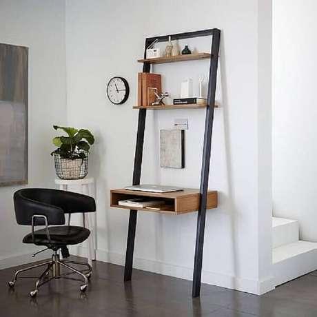 62. A cadeira preta giratória serve de acesso para a escrivaninha de ferro e madeira. Fonte: West Elm