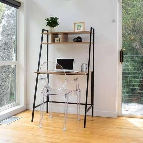 2. A cadeira de acrílico transparentes se conecta com a estrutura da escrivaninha de ferro e madeira. Fonte: Pinterest