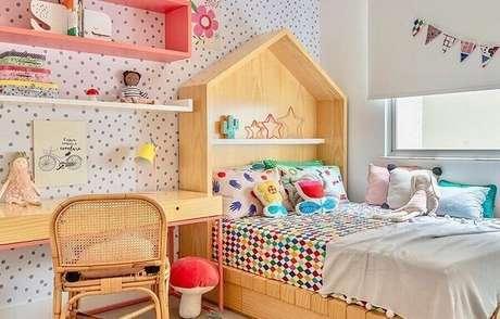 52. Decoração divertida com escrivaninha de madeira e cama com cabeceira de casinha. Fonte: Hana Lerner Arquitetura