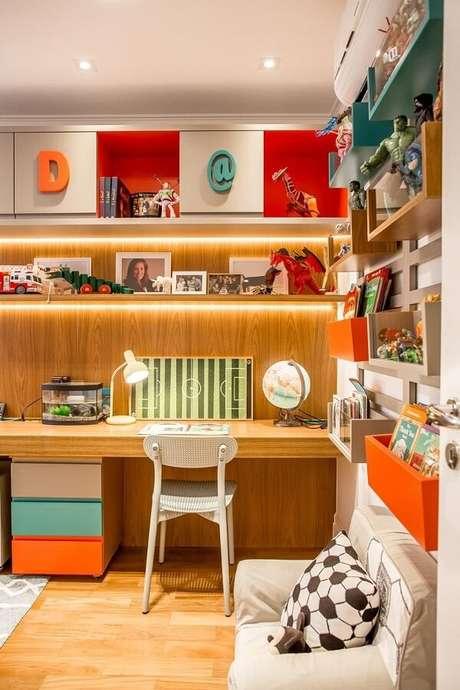 20. Modelo de escrivaninha de madeira para quarto suspensa otimiza o espaço. Fonte: Fernanda Peçanha