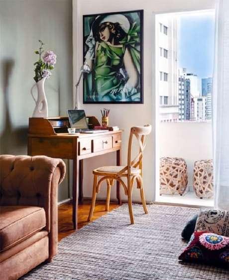 3. Na falta de espaço no quarto procure acomodar sua escrivaninha de madeira na sala. Fonte: Pinterest