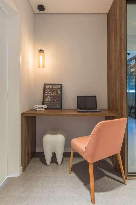 33. Escrivaninha de madeira feita sob medida para o espaço. Fonte: Idealizzare Arquitetos -Consultoria em projetos