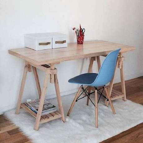 14. O tapete branco peludo traz conforto aos pés de quem senta na escrivaninha de madeira. Fonte: Pinterest