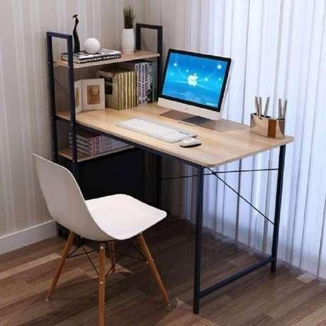 37. Escrivaninha de ferro e madeira com estante pequena na lateral. Fonte: Pinterest