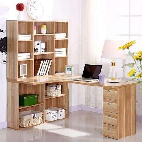 40. Escrivaninha de canto madeira com gaveteiros e nichos. Fonte: Pinterest