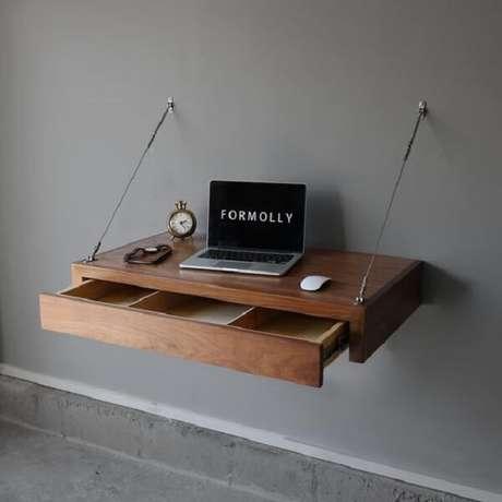 49. Até a escrivaninha de madeira maciça suspensa pode ter gavetas. Fonte: Formolly