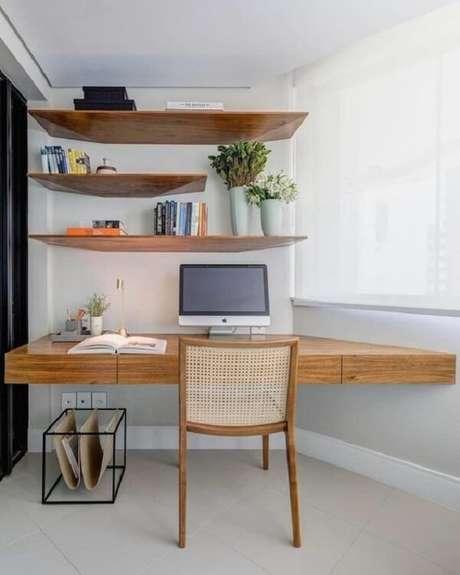 5. Escrivaninha de madeira suspensa de canto é uma ótima alternativa para espaços pequenos. Projeto por GAM Arquitetos