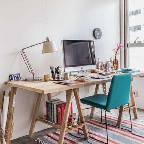 12. Organize livros e materiais embaixo da escrivaninha de madeira estilo cavalete. Fonte: Pinterest