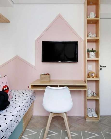 10. Reserve um espaço para acomodar uma linda escrivaninha de madeira para quarto. Projeto por Duda Senna