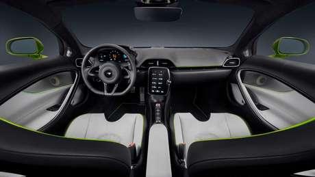 Interior do modelo adota design minimalista e conta com comandos voltados para o motorista.