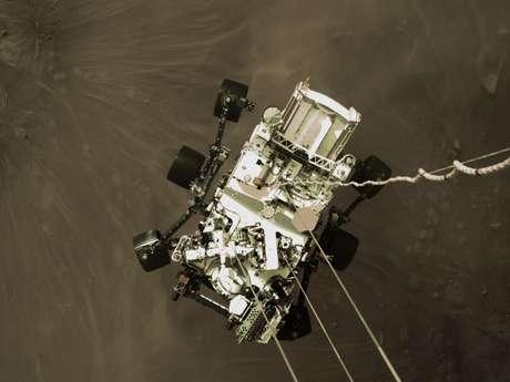 Frame de video em alta resolução mostrando a Perseverance sendo baixada do trenó-foguete (Crédito; NASA)