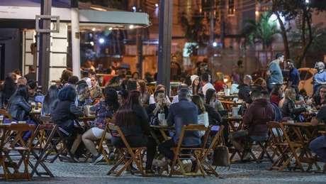 Bar lotado no bairro da Tijuca, no Rio de Janeiro, logo após reabertura de bares e restaurantes na cidade em julho do ano passado